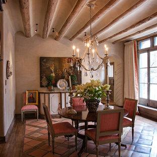 Idées déco pour une salle à manger méditerranéenne fermée et de taille moyenne avec un mur beige, un sol en carreau de terre cuite, aucune cheminée et un sol rouge.