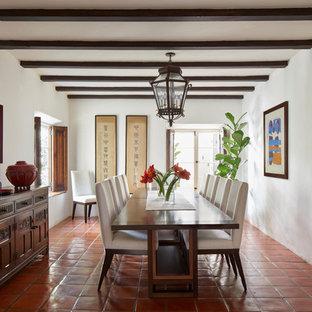 Foto di una sala da pranzo mediterranea chiusa con pareti bianche, pavimento in terracotta e pavimento rosso