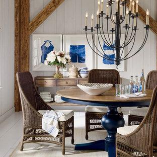 Idées déco pour une petite salle à manger ouverte sur le salon bord de mer avec un mur blanc et un sol en bois peint.