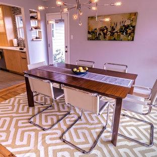 Diseño de comedor moderno, de tamaño medio, con paredes blancas y suelo de madera en tonos medios