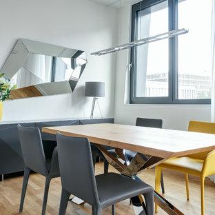 Geschlossenes, Mittelgroßes Modernes Esszimmer ohne Kamin mit weißer Wandfarbe, braunem Holzboden und braunem Boden in Berlin
