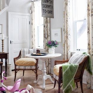 Inspiration för mellanstora shabby chic-inspirerade matplatser, med grå väggar och ljust trägolv