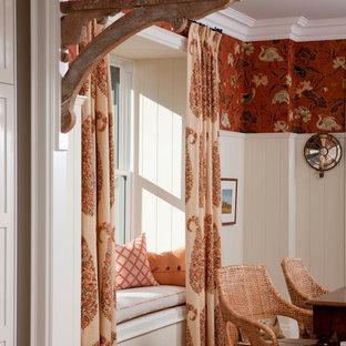 Ispirazione per una grande sala da pranzo country chiusa con pareti rosse e parquet chiaro