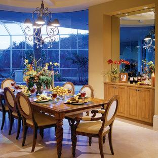 Idee per una grande sala da pranzo aperta verso la cucina mediterranea con pareti beige, pavimento in travertino e nessun camino
