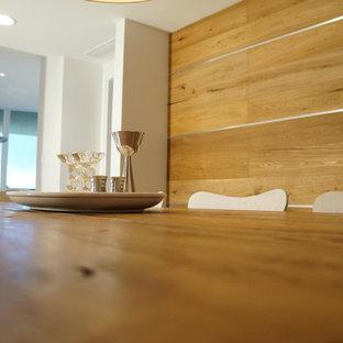 Ispirazione per una sala da pranzo aperta verso la cucina contemporanea con pareti marroni e pavimento con piastrelle in ceramica