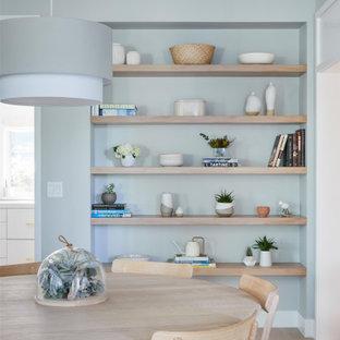На фото: столовая в скандинавском стиле с синими стенами, светлым паркетным полом, бежевым полом и балками на потолке
