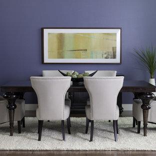 Imagen de comedor ecléctico con paredes azules y suelo de madera oscura