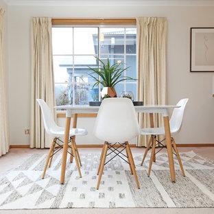 Foto di una sala da pranzo aperta verso la cucina scandinava di medie dimensioni con pareti bianche e moquette