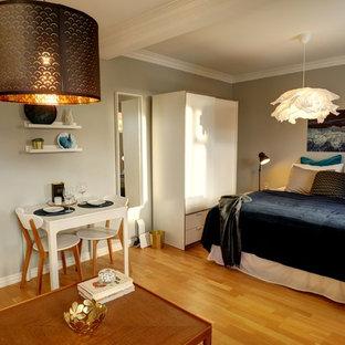 Exempel på en liten nordisk matplats med öppen planlösning, med grå väggar, ljust trägolv och gult golv