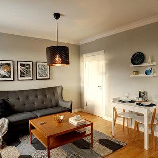 Imagen de comedor nórdico, pequeño, abierto, con paredes grises, suelo de madera clara y suelo amarillo