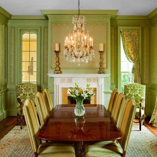 Esempio di una sala da pranzo vittoriana con pareti verdi e camino classico