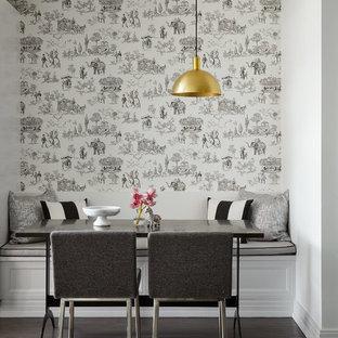 Esempio di una sala da pranzo chic di medie dimensioni con pareti multicolore, parquet scuro e pavimento marrone