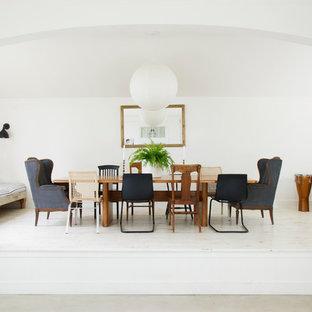 Immagine di una grande sala da pranzo country chiusa con pareti bianche, parquet chiaro e pavimento bianco