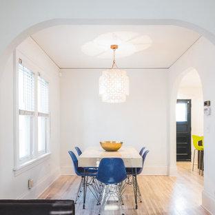 Ejemplo de comedor de cocina contemporáneo, pequeño, con paredes blancas, suelo de madera clara y suelo amarillo