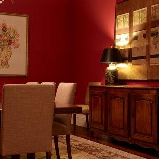 Стильный дизайн: большая отдельная столовая в стиле кантри с красными стенами и паркетным полом среднего тона без камина - последний тренд