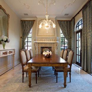 Foto di un'ampia sala da pranzo tradizionale chiusa con pareti beige, camino classico e pavimento in marmo