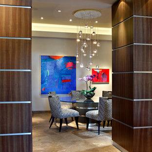 Esempio di una grande sala da pranzo moderna chiusa con pareti beige e pavimento in pietra calcarea