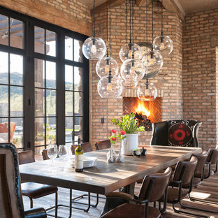 Inspiration pour une grand salle à manger rustique avec un sol en bois brun et une cheminée d'angle.