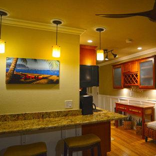 ハワイの小さいトラディショナルスタイルのおしゃれなダイニングキッチン (黄色い壁、竹フローリング) の写真