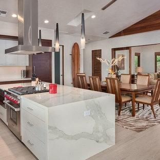 Mittelgroße Kolonialstil Wohnküche ohne Kamin mit weißer Wandfarbe, hellem Holzboden und beigem Boden in Hawaii