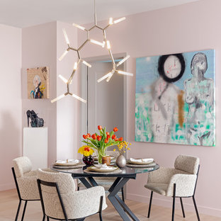Diseño de comedor ecléctico, de tamaño medio, abierto, sin chimenea, con paredes rosas, suelo de madera clara y suelo beige