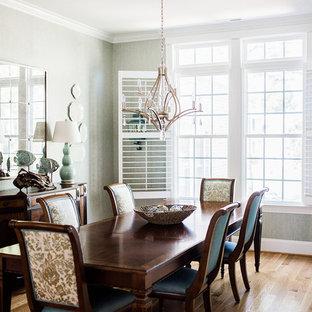 Ispirazione per una sala da pranzo costiera chiusa con pareti grigie, pavimento in compensato, nessun camino e pavimento marrone