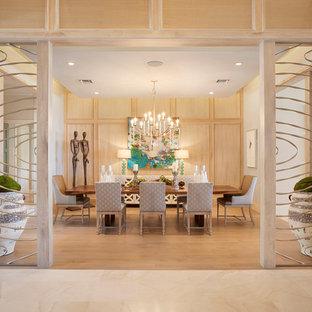 Ispirazione per un'ampia sala da pranzo aperta verso il soggiorno chic con pareti beige
