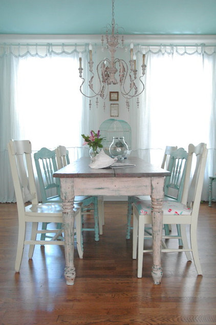 beach style dining room by Kristie Barnett, The Decorologist
