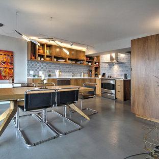 Ispirazione per una sala da pranzo aperta verso la cucina contemporanea con pareti marroni, pavimento in cemento, nessun camino e pavimento grigio