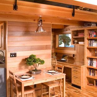 Imagen de comedor de cocina rural, pequeño, con suelo de madera en tonos medios