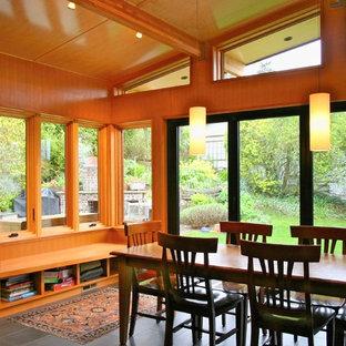 Idées déco pour une salle à manger ouverte sur la cuisine contemporaine de taille moyenne avec un sol en carrelage de porcelaine.