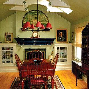 Diseño de comedor tradicional renovado, de tamaño medio, cerrado, con paredes verdes, suelo de madera clara, chimenea tradicional y marco de chimenea de yeso