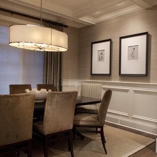 Cette photo montre une salle à manger chic avec un mur beige, un sol en bois foncé et un sol marron.