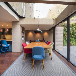 Ejemplo de comedor de cocina contemporáneo, de tamaño medio, con suelo de madera oscura, suelo marrón y paredes beige