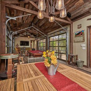 Diseño de comedor de estilo de casa de campo, grande, abierto, sin chimenea, con paredes beige, suelo de baldosas de porcelana y suelo marrón
