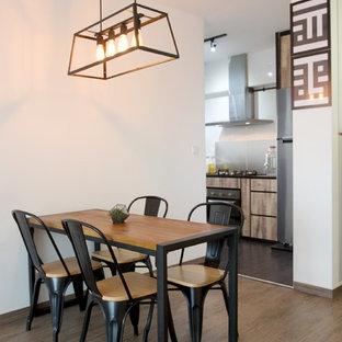 Foto di una sala da pranzo aperta verso la cucina industriale con pareti bianche e pavimento in vinile