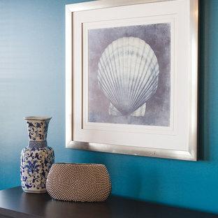 Esempio di una piccola sala da pranzo aperta verso il soggiorno moderna con pareti blu e pavimento in gres porcellanato