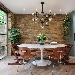Ispirazione per una sala da pranzo aperta verso la cucina design di medie dimensioni con parquet chiaro, pavimento bianco, pareti multicolore e nessun camino