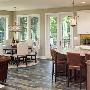 Imagen de comedor de cocina rústico, de tamaño medio, con paredes beige y suelo de madera en tonos medios