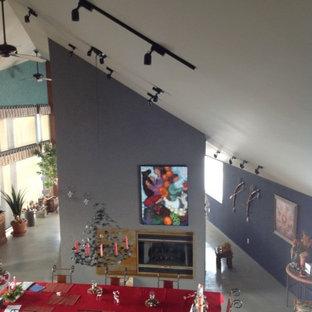 カルガリーの中サイズのエクレクティックスタイルのおしゃれなダイニングキッチン (グレーの壁、コンクリートの床、両方向型暖炉) の写真