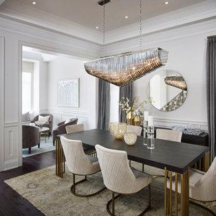 Idee per una sala da pranzo classica di medie dimensioni con pareti bianche, parquet scuro, pavimento marrone e soffitto a cassettoni