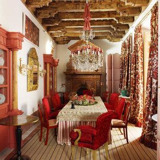 Diseño de comedor bohemio, extra grande, cerrado, con paredes blancas, moqueta, chimenea tradicional y marco de chimenea de madera