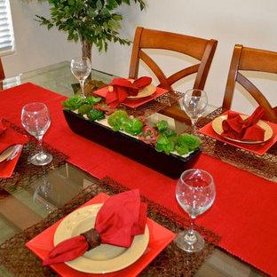 Imagen de comedor clásico, abierto, con paredes blancas y moqueta