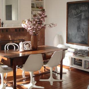 Idées déco pour une salle à manger romantique avec un mur blanc et un sol en bois foncé.