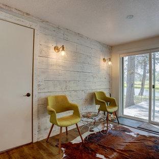 Esempio di una sala da pranzo aperta verso il soggiorno stile rurale di medie dimensioni con pavimento in laminato, pavimento marrone e pareti bianche