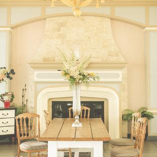 Esempio di una grande sala da pranzo aperta verso la cucina stile shabby con pareti beige, pavimento con piastrelle in ceramica, camino classico, cornice del camino in legno e pavimento beige