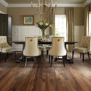 Immagine di una sala da pranzo classica chiusa e di medie dimensioni con pareti beige, parquet scuro, nessun camino e pavimento marrone