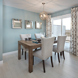 Ispirazione per una sala da pranzo aperta verso la cucina stile marinaro di medie dimensioni con pareti blu, pavimento in laminato e pavimento grigio