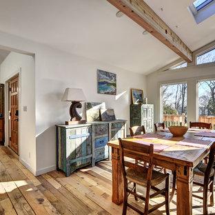 Idee per una sala da pranzo aperta verso il soggiorno stile rurale con pareti bianche, parquet chiaro e pavimento multicolore
