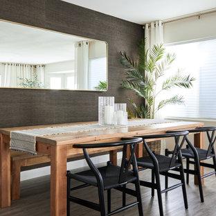 Maritim inredning av en liten matplats med öppen planlösning, med laminatgolv, bruna väggar och brunt golv
